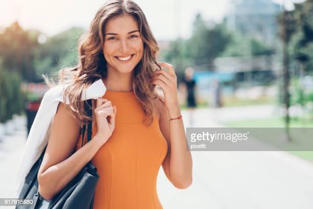 Retrato de una bella mujer en la calle