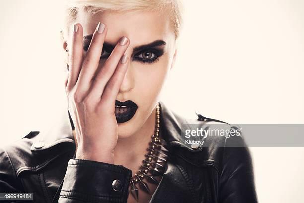 Portrait d'une belle femme avec un maquillage sombre et solide.