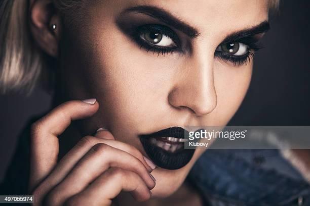 Porträt einer schönen Frau mit einem starken dunklem Make-up.