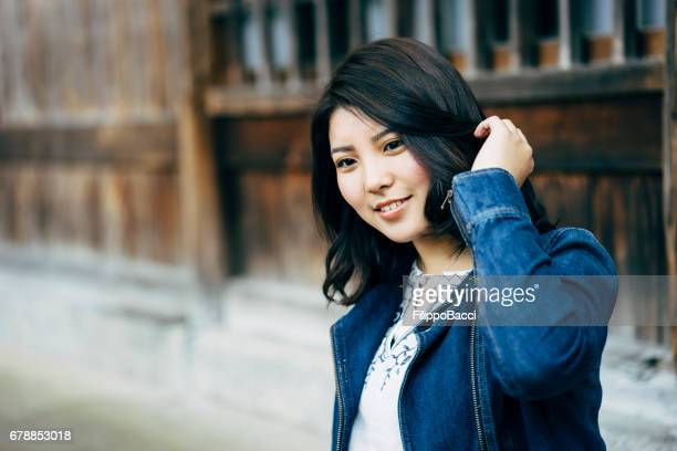 美しい日本の若い成人女性の肖像画 - 髪に手をやる ストックフォトと画像