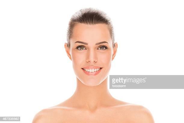 Portrait de la belle jeune brunette femme sur fond blanc