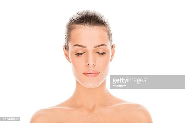 Porträt einer schönen young brunette Frau gegen Weißer Hintergrund