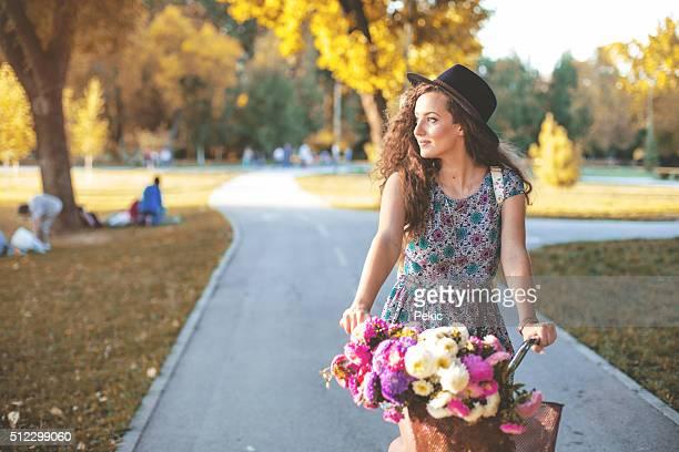 Un beau Portrait de jeune fille avec un vélo