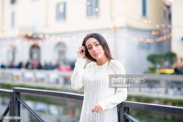 portrait of a beautiful young woman in casual clothes - navigli milano foto e immagini stock