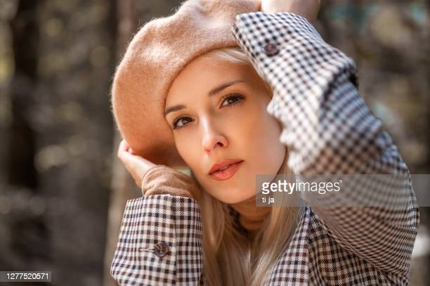 屋外の美しい若い女性の肖像画 - ベレー帽 ストックフォトと画像