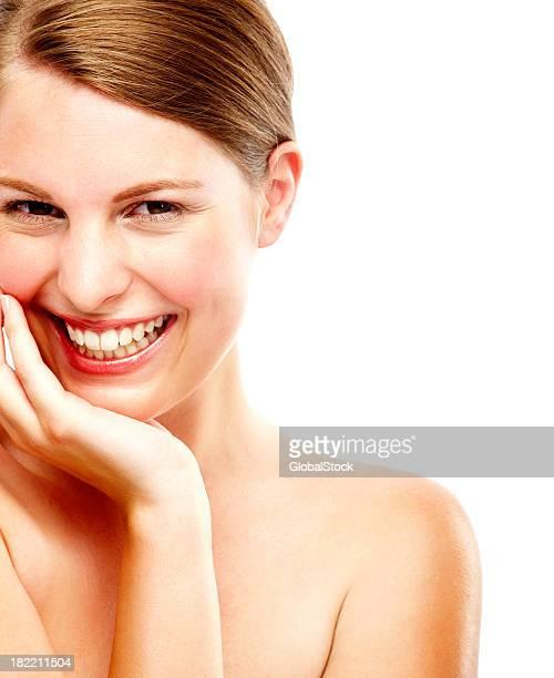 Portrait d'une belle jeune femme souriante