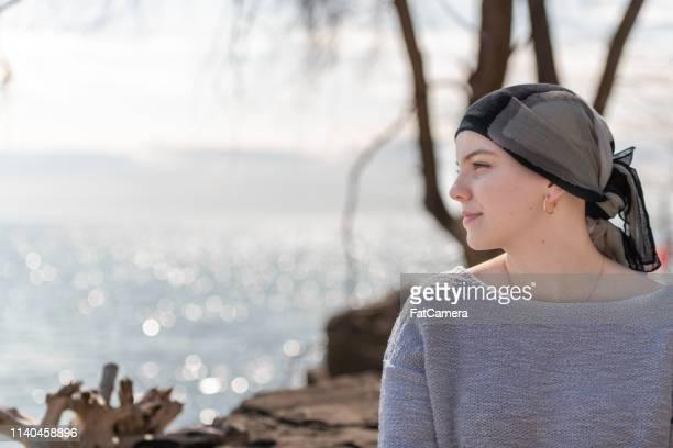 癌の美しい若い女性の肖像 - 生存 ストックフォトと画像