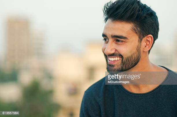 portrait of a beautifull smiling man. - zwart haar stockfoto's en -beelden