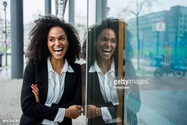 porträt von einem schwarzen geschäftsfrau im freien - lässig schicker stil stock-fotos und bilder
