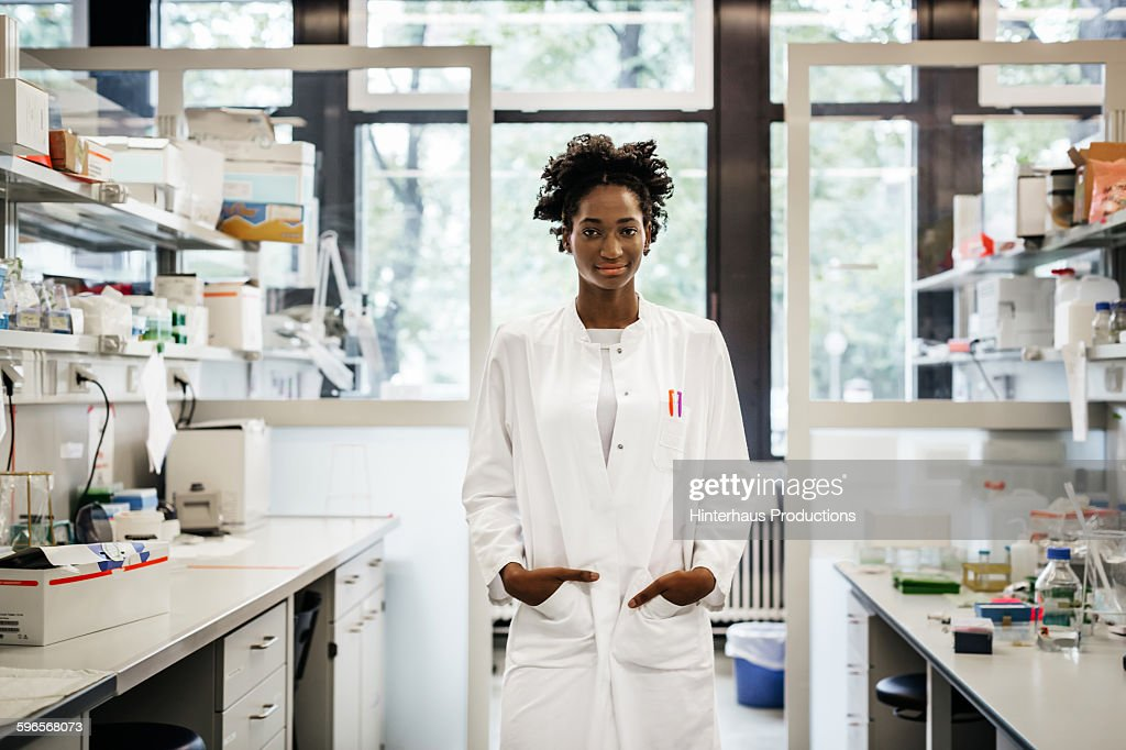Portrait of a black female scientist : ストックフォト