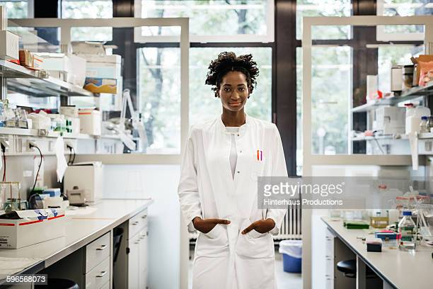 portrait of a black female scientist - wissenschaft stock-fotos und bilder