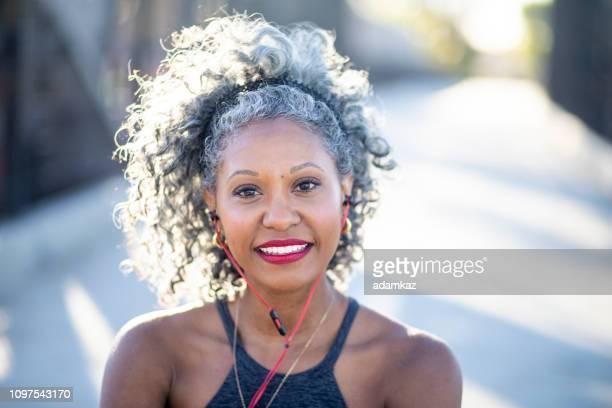 ritratto di donna nera con i capelli bianchi - capelli grigi foto e immagini stock