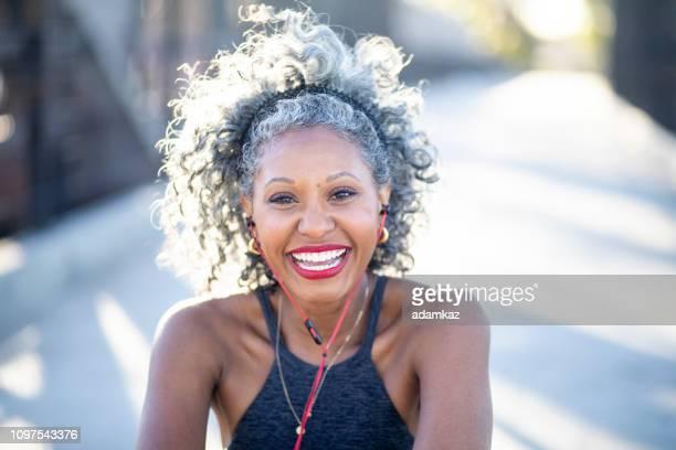 portret van een zwarte vrouw met wit haar - sportbeha stockfoto's en -beelden