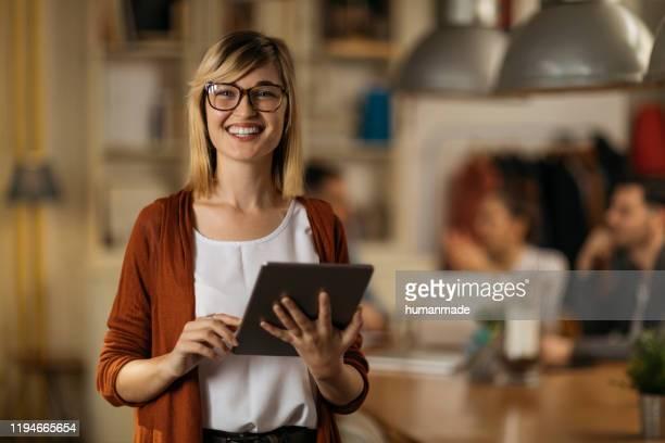 porträt eines blonden college-mädchens - kandidat stock-fotos und bilder