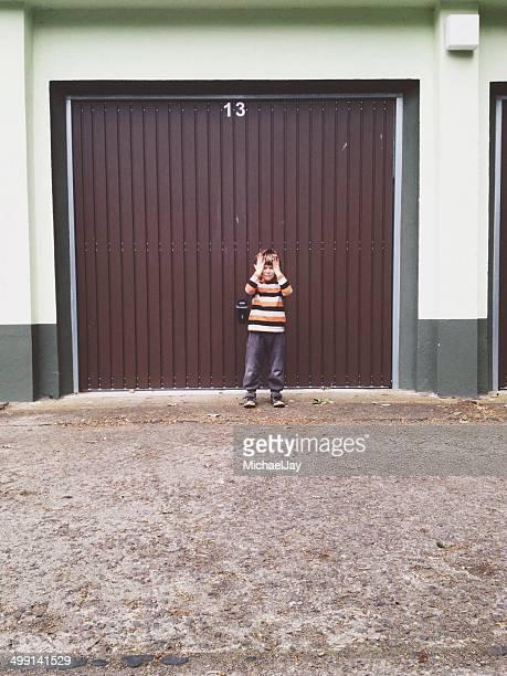 Porträt von eine junge stehend vor geschlossen Fensterladen
