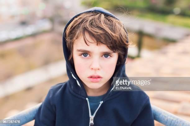 portrait of a boy wearing a hoodie - 6 7 jahre stock-fotos und bilder