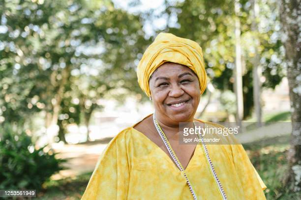 retrato de una mujer brasileña candomblé - mujeres de mediana edad fotografías e imágenes de stock