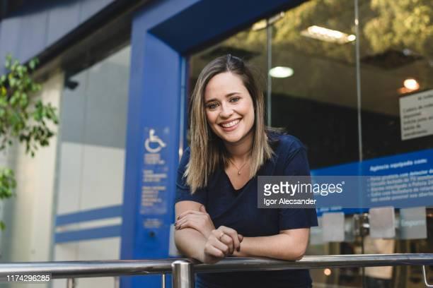 金融銀行の前でブラジル人女性の肖像 - 銀行支店長 ストックフォトと画像