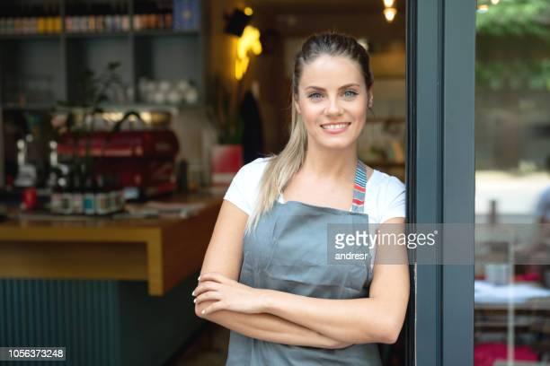 Portret van de eigenaar van een bedrijf op de deur in een café