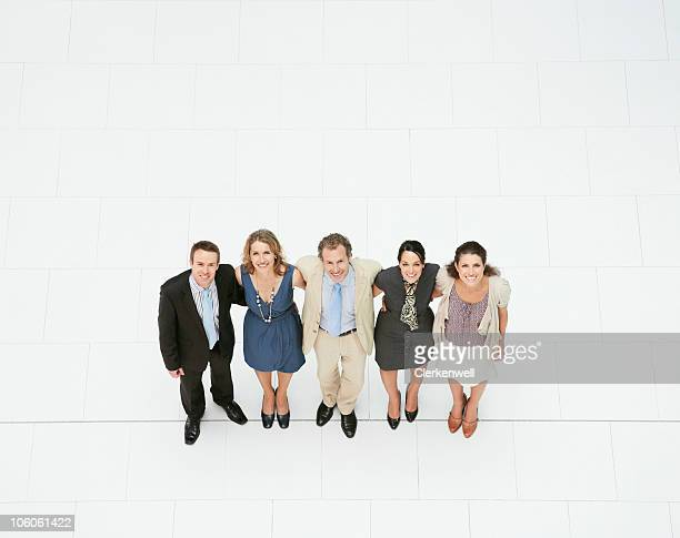 Portrait de gens d'affaires debout à côté de