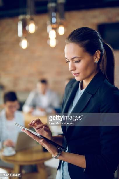 Portrait d'une femme d'affaires à l'aide de tablette numérique
