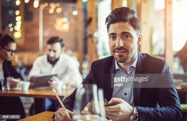 Porträt eines Geschäftsmannes in einem Cafe
