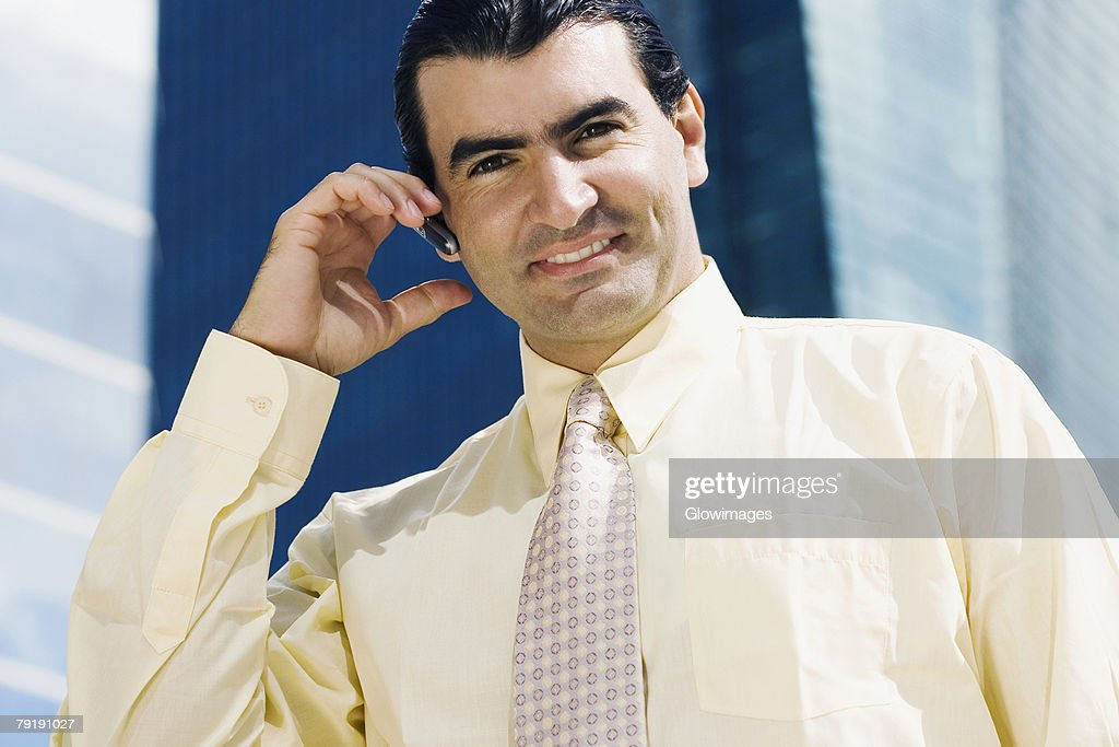 Portrait of a businessman talking on a mobile phone and smiling : Foto de stock