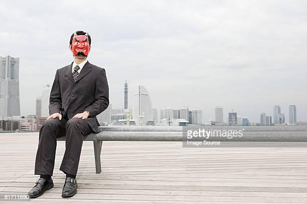 retrato de un hombre de negocios usando la máscara de diablo - disfraz de diablo fotografías e imágenes de stock