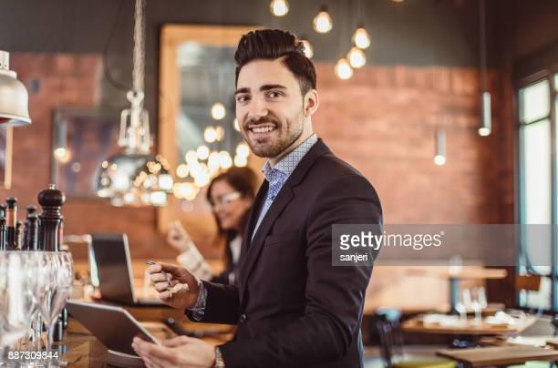 食堂で働くビジネスマンの肖像画