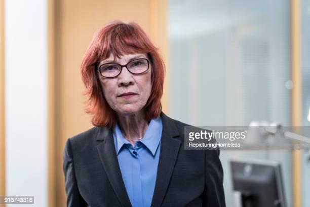 Ein Porträt einer Geschäftsfrau die aufgeschlossen in die Kamera schaut