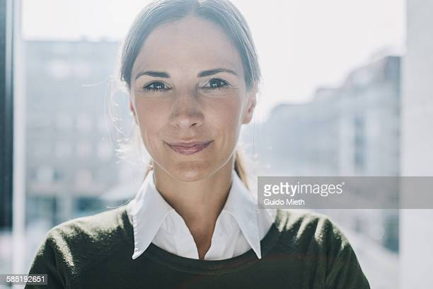 portrait of a businesswoman. - gegenlicht stock-fotos und bilder