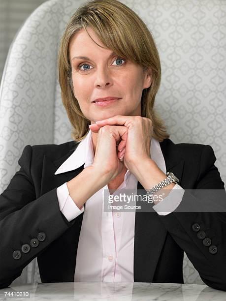 portrait of a businesswoman - alleen één oudere vrouw stockfoto's en -beelden