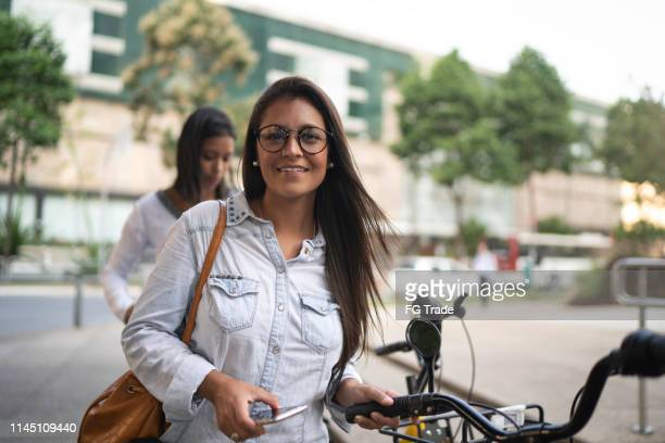 自転車シェアステーションから自転車を借りている実業家の肖像 - テスティモニアル ストックフォトと画像