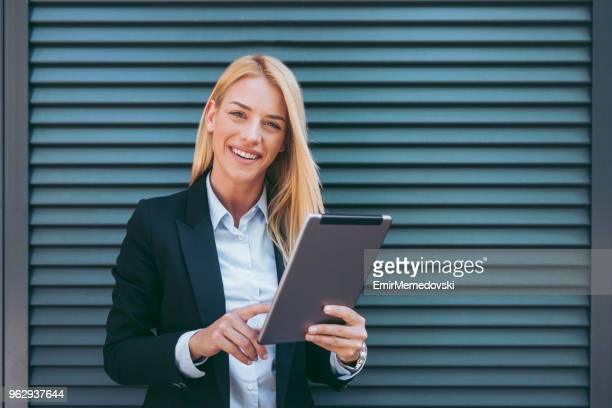 Porträt von eine geschäftsfrau mit digital-Tablette