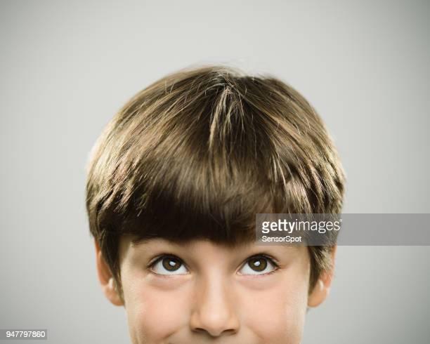 retrato de um menino de verdade caucasiano olhando para cima. - curiosity - fotografias e filmes do acervo
