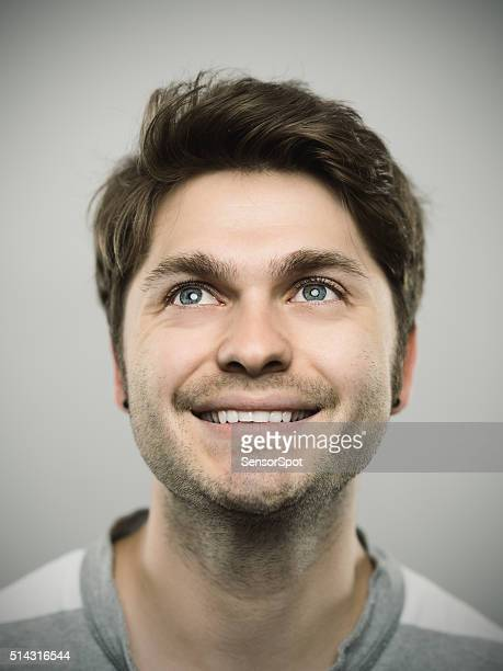 Retrato de um jovem homem caucasiano real