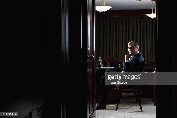 portrait of a ceo in his office - bestuursvoorzitter stockfoto's en -beelden