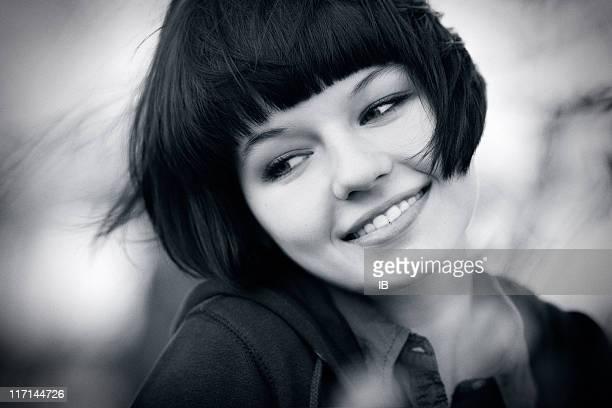 S/W-Porträt von eine charmante und Lachen Mädchen