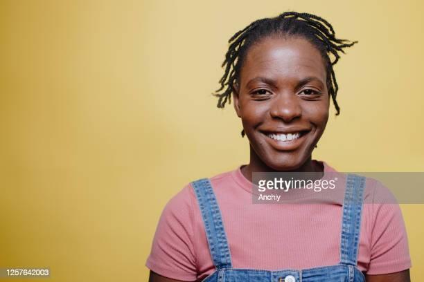 porträt einer fröhlichen afrikanerin - antirassismus stock-fotos und bilder
