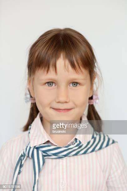 retrato de una niña alegre - 6 7 años fotografías e imágenes de stock