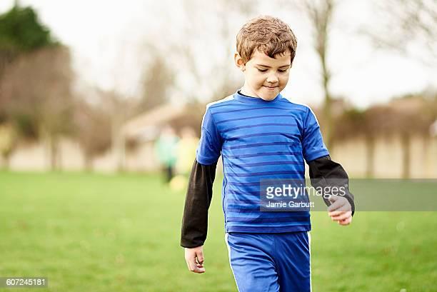 a portrait of a child leaving the football field - guardare verso il basso foto e immagini stock