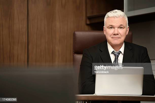 Retrato de un hombre de negocios con confianza