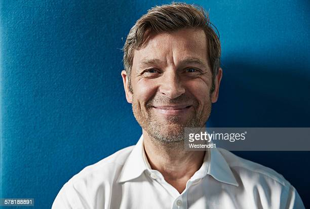 portrait of a confident businessman - smiling stock-fotos und bilder
