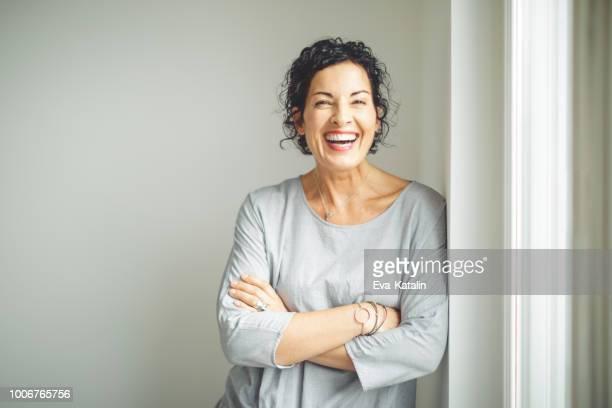 porträt eines zuversichtlich geschäftsfrau - lachen stock-fotos und bilder