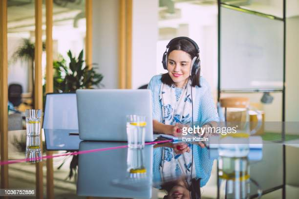retrato de uma mulher de negócios confiante - internet - fotografias e filmes do acervo