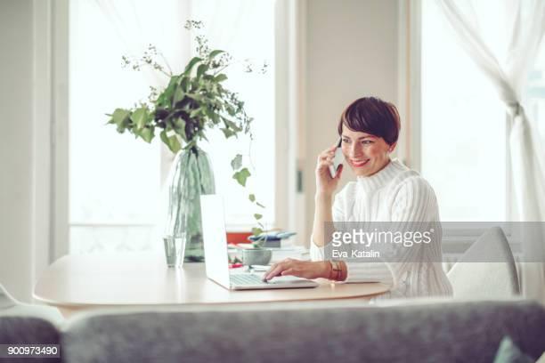 portrait of a confident businesswoman - mid adult women imagens e fotografias de stock