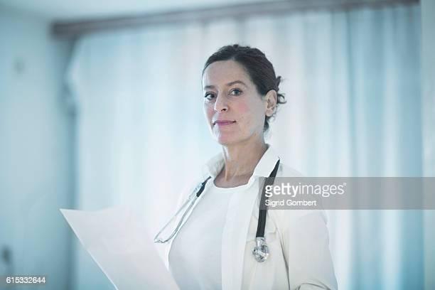 portrait of a confident female doctor holding a medical report, freiburg im breisgau, baden-württemberg, germany - sigrid gombert 個照片及圖片檔