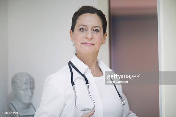 portrait of a confident female doctor with stethoscope, freiburg im breisgau, baden-württemberg, germany - sigrid gombert foto e immagini stock
