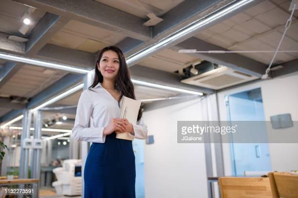 自信を持った日本人ビジネスウーマンの肖像 - japanese ol ストックフォトと画像