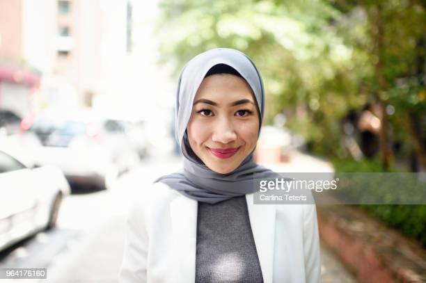 portrait of a confident muslim business woman on the street - islam fotografías e imágenes de stock